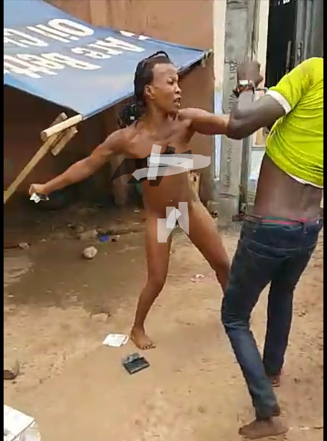 Unclad Lady beats Up A Man In Awka(+ 🔞 Video)