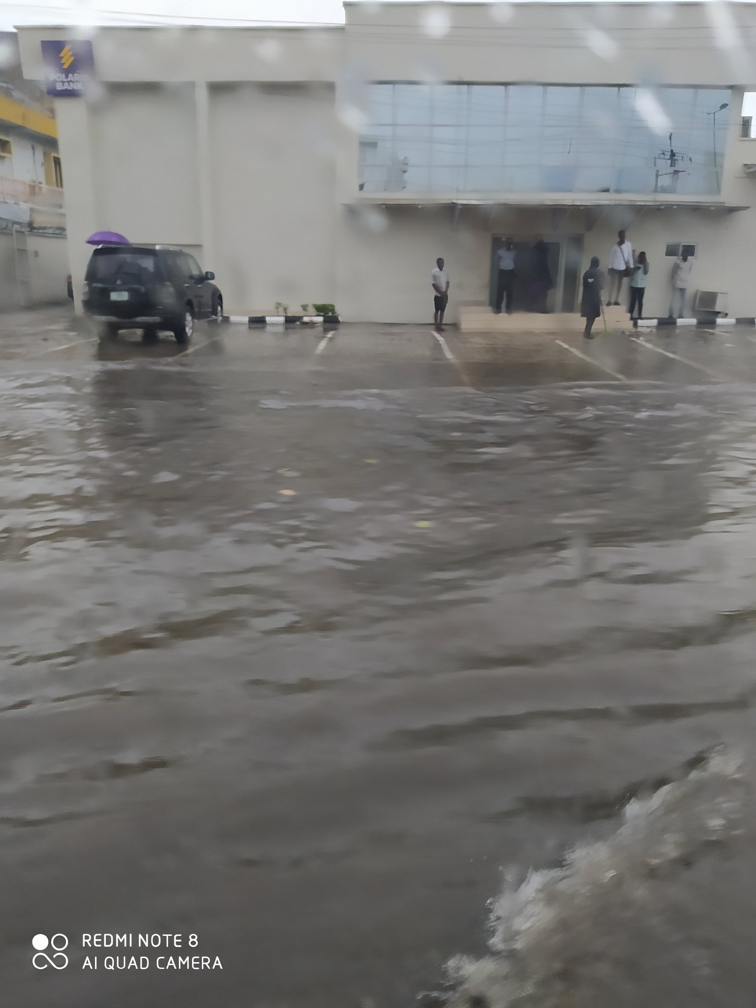 Lagos state roads covered with flood after heavy downpour (video)