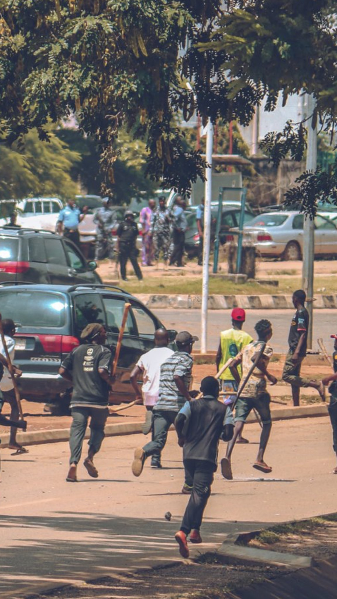 #ENDSARS : Hired Thugs attack peaceful protesters in Lagos (video)