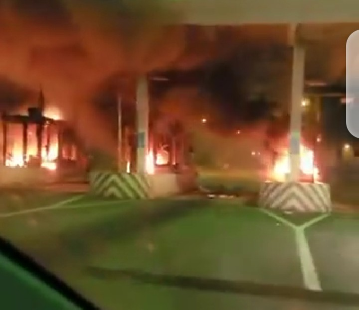 BREAKING : Ikoyi toll gate on fire (video)