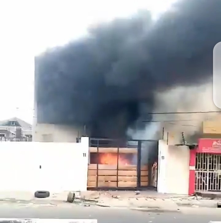 #SituationReport : Sanwo-Olu Mother's house set ablaze (video)