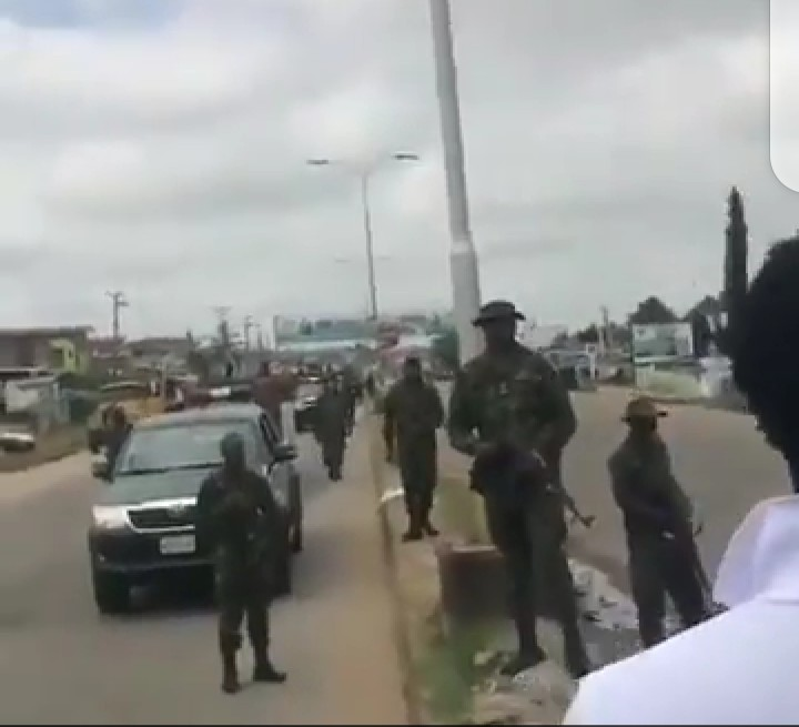 Nigerian Soldiers trying to make peace with Nigerians (video)
