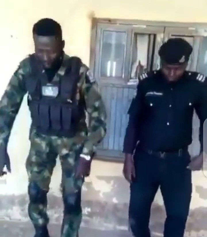 Nigerian Soldier and Police in a gun challenge (video)