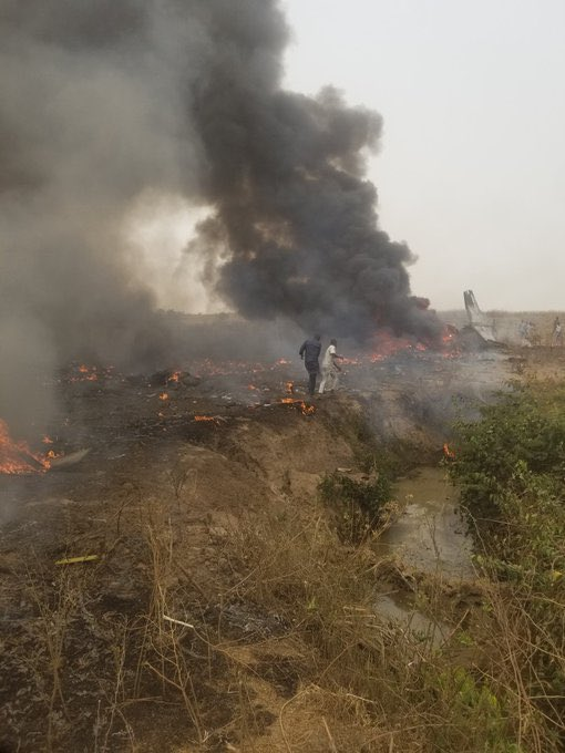 Breaking : Plane crashes close to Airport (video)