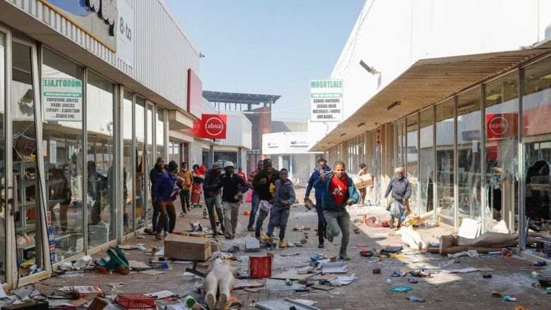 Looting and killings in South Africa as ex-leader Zuma faces court hearing(video)