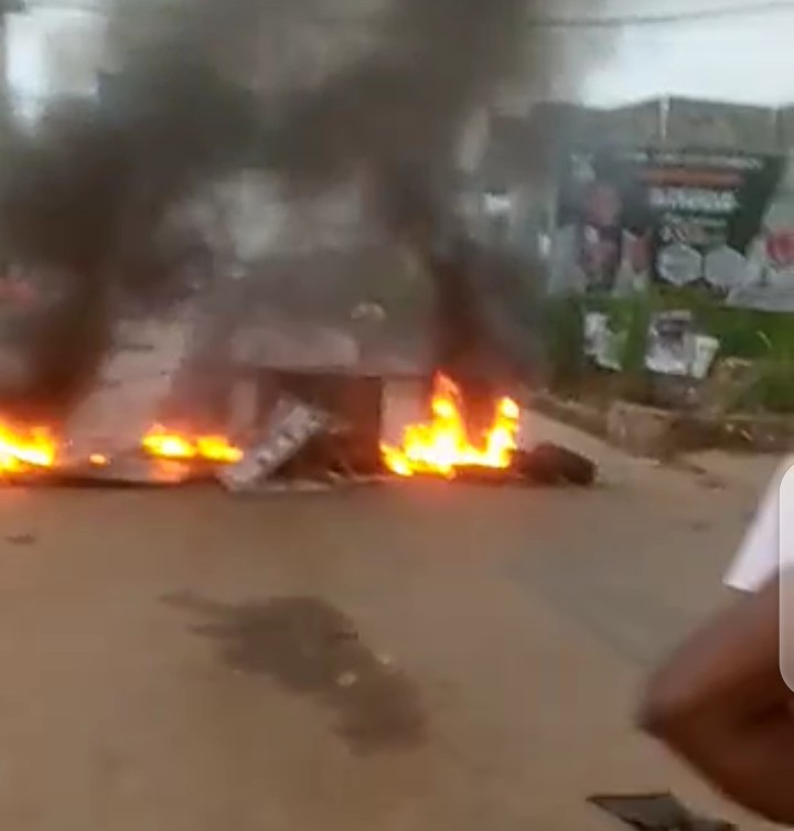 #NnamdiKanu : Nnewi Shuts down as protesters prevent vehicular activities ( video)